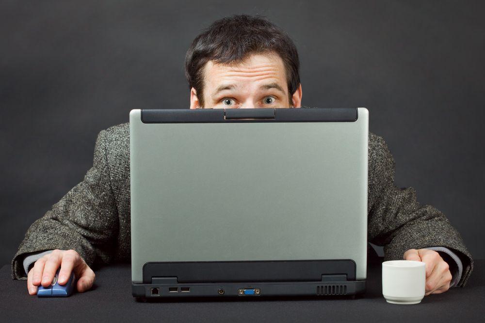 человек прячет экран