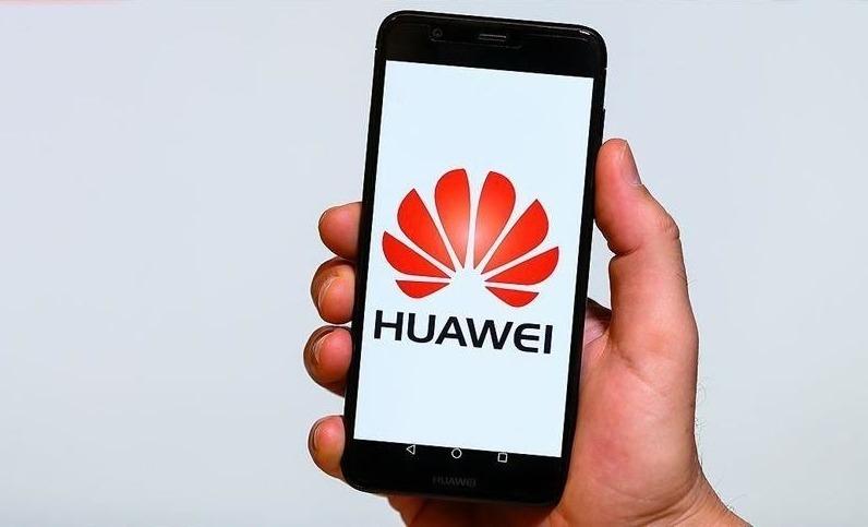 Логотип Huawei в смартфоне в пользовательской руке