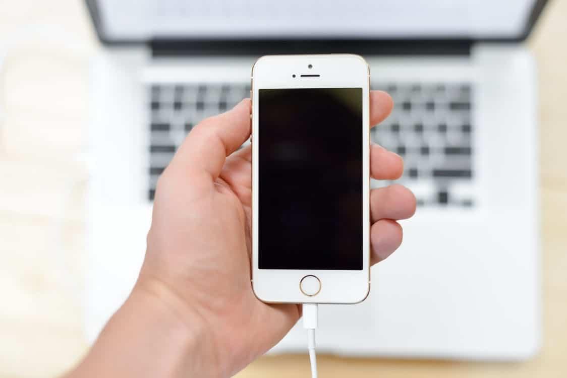 Айфон, подключенный к ноутбуку