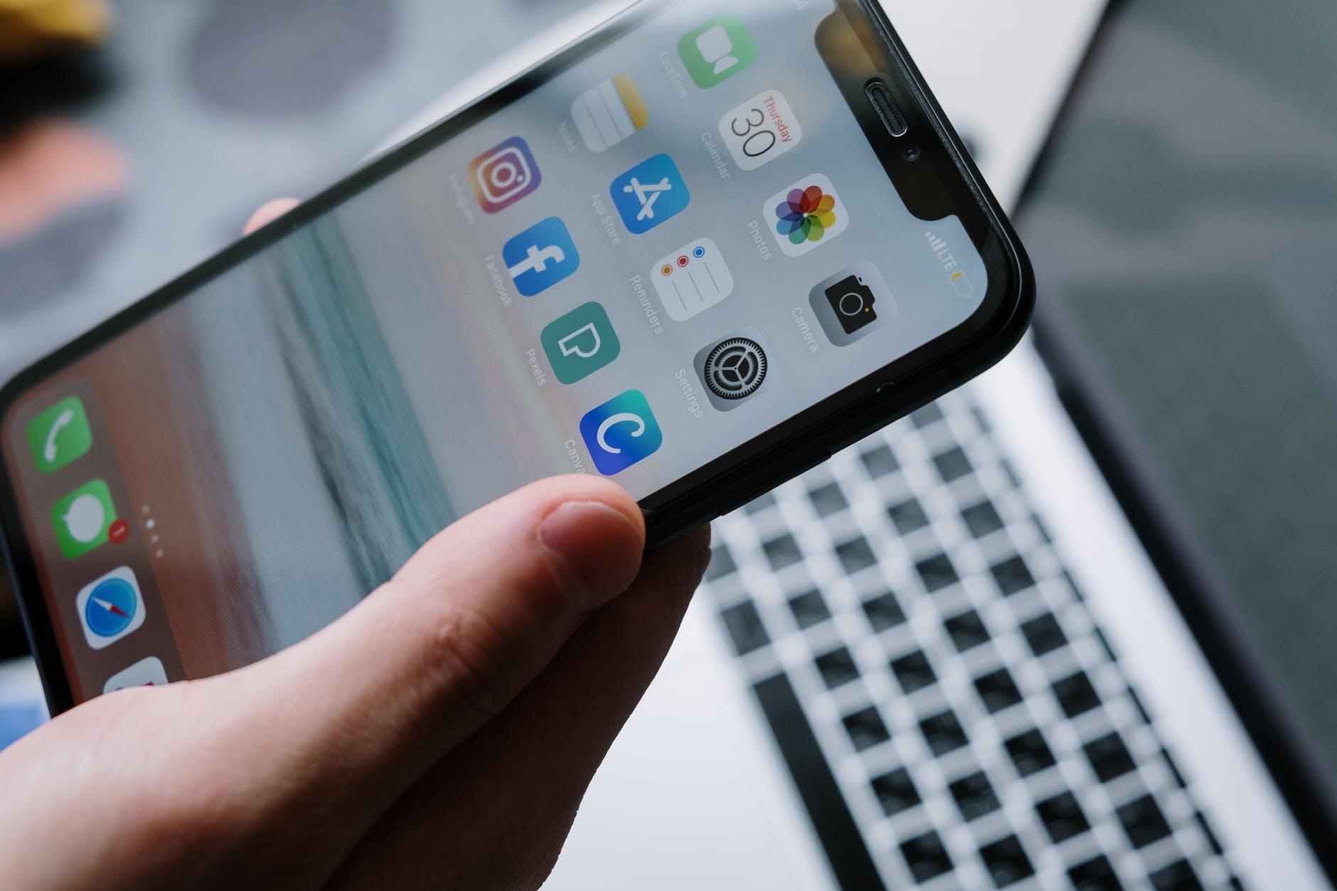 Айфон на фоне ноутбука