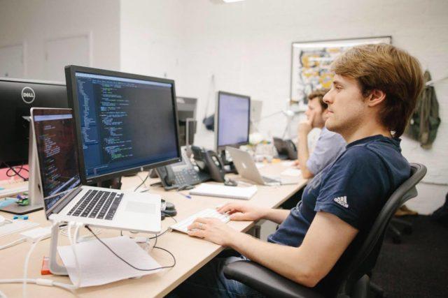 Программист за рабочим столом