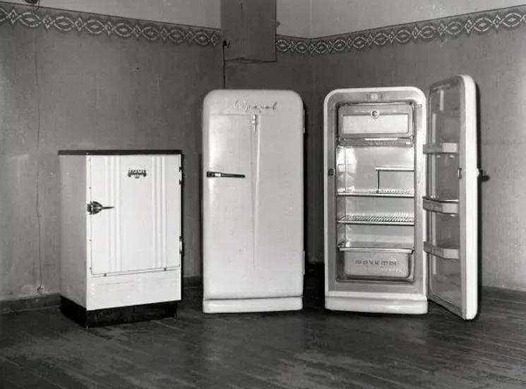 Разные модели советских холодильников