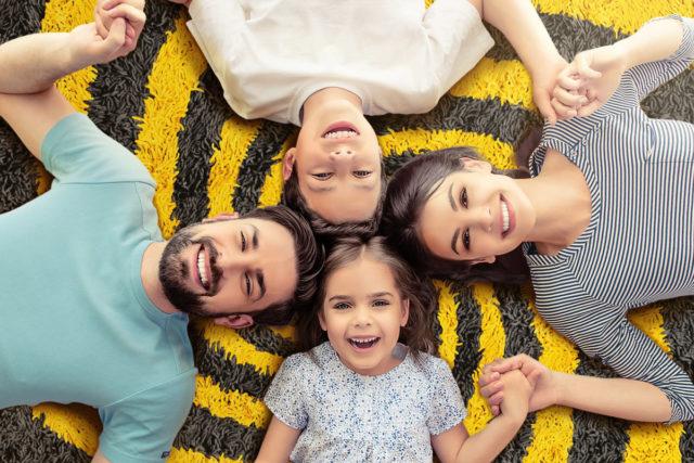 Семья на коврике пчелиной расцветки — реклама тарифа Билайн